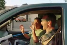 【正能量】澳洲男子天生无四肢 用嘴操纵仪器体验驾驶感觉