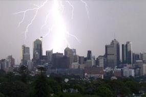 【天气】昨天傍晚疾风骤雨突袭悉尼,导致两名妇女被闪电击中 Qantas客机险逃生