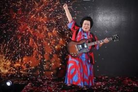这个老奶奶有点酷!60岁学吉他,80岁登上新加坡国庆庆典!